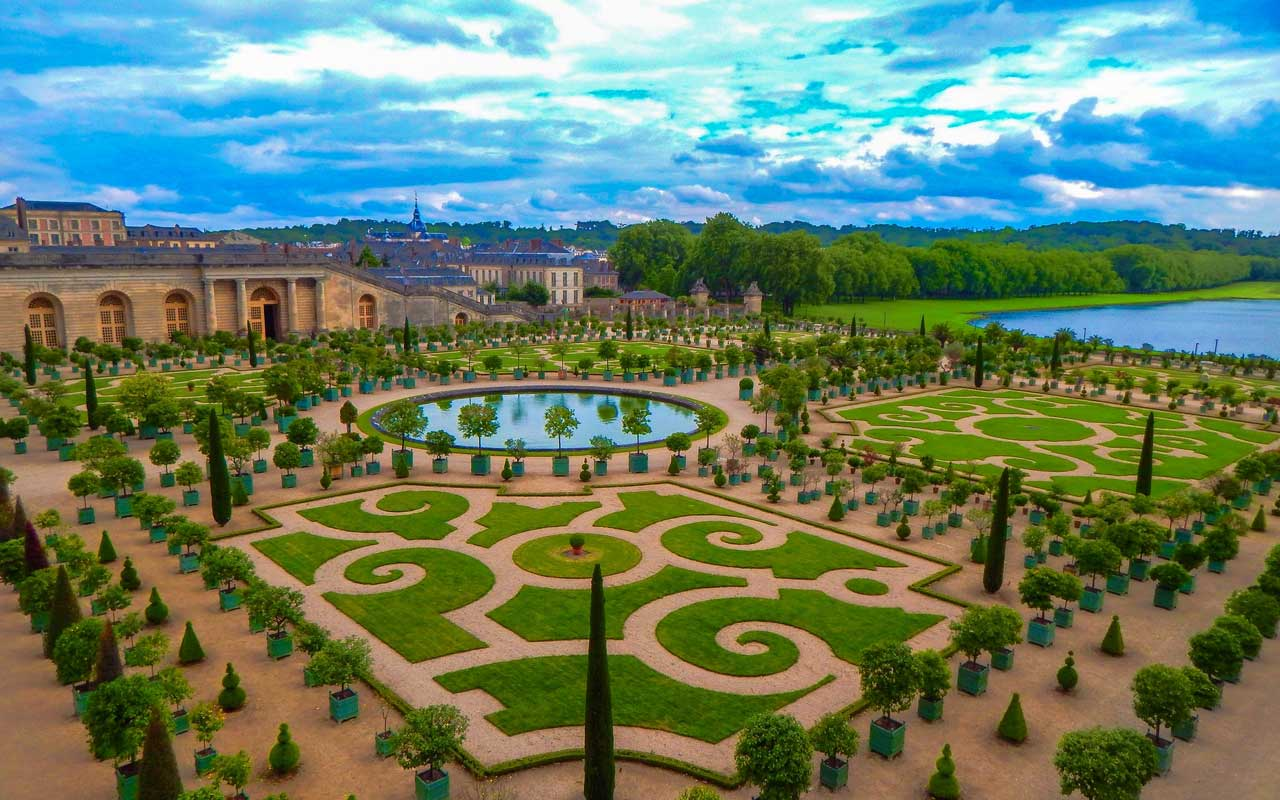 The gardens at the Palace of Versailles. You could picture yourself here after signing the Treaty of Versailles to add a visual cue to your memory.