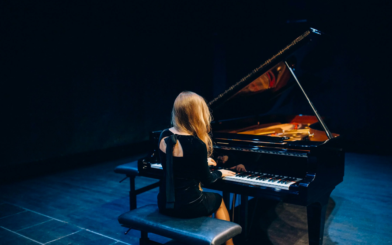 a women is playing piano